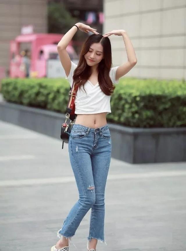 白色衬衣搭配破洞牛仔裤超显瘦