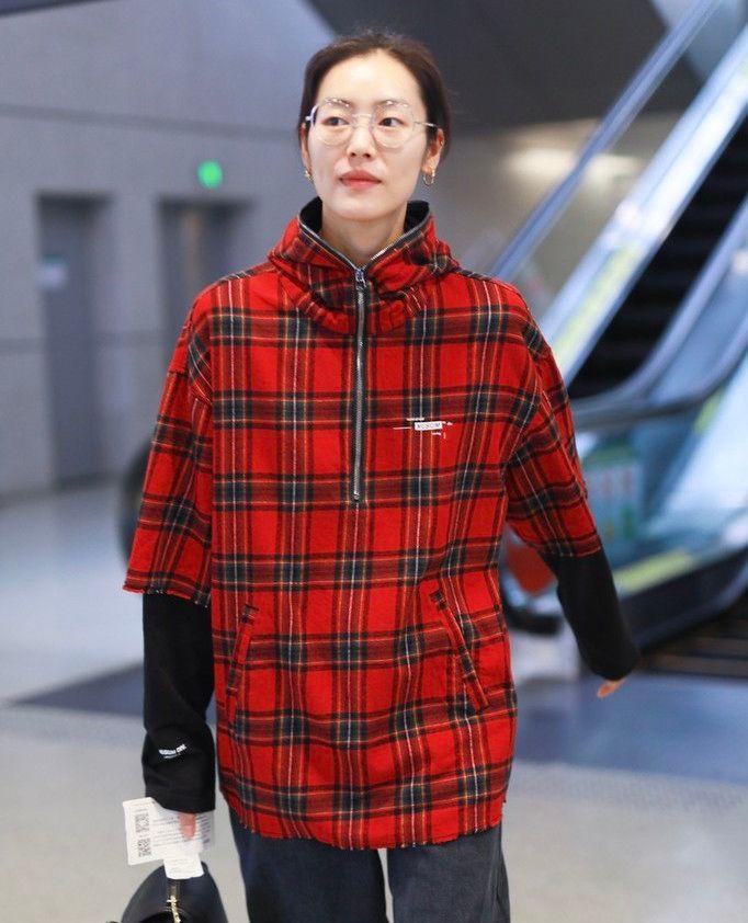 刘雯走男模范儿,笑容却超甜!土味格纹外套都被她穿出了高级感