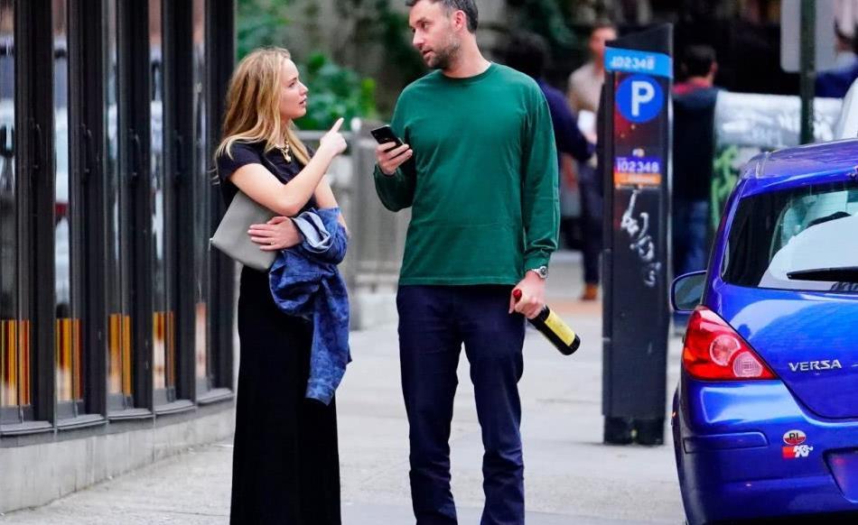詹妮弗·劳伦斯纽约街拍,身穿一袭黑色连衣裙,自信大方显优雅