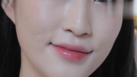 妹子叠涂两层YSL唇釉,这样的唇妆简直太美了,滋润效果杠杠