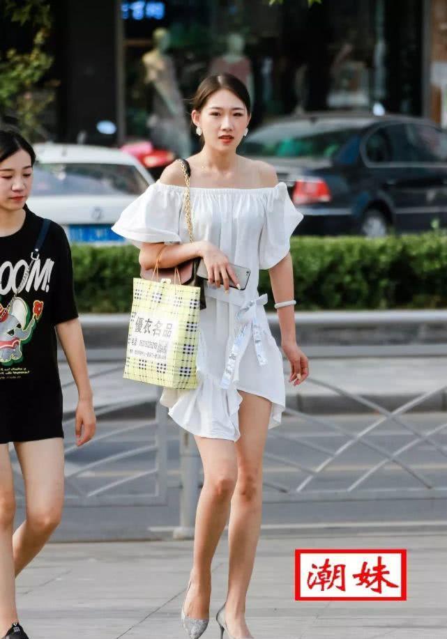 白色短裙大长腿,走在街上就是一道风景线