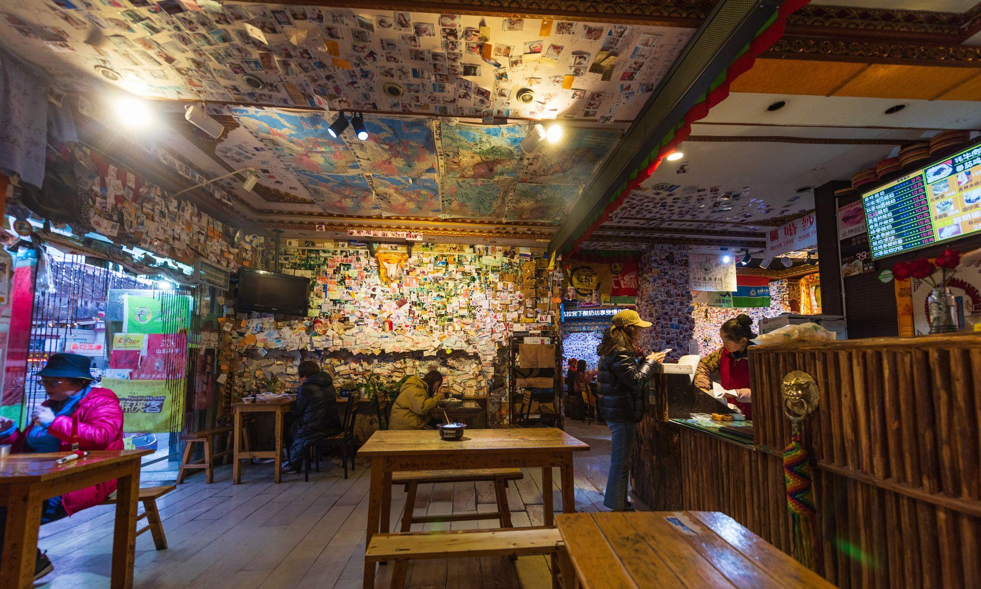 拉萨布达拉宫旁的酸奶坊,墙上贴满游客照片,成为网红打卡地