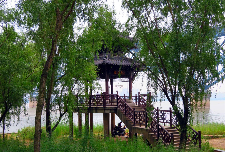 南京长江大桥下面的小公园-宝塔桥