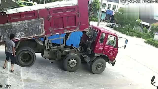 货车司机下车检修,一个操作失误,瞬间天人两隔!