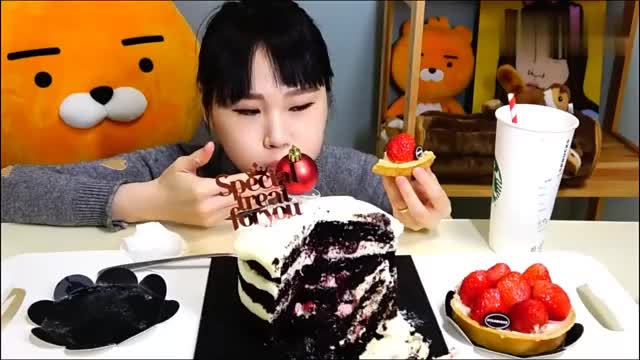 韩国吃播卡妹小姐姐吃黑色天鹅绒蛋糕看得我口水直流