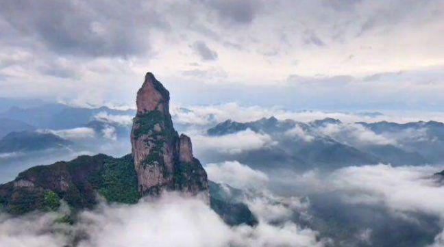 观音峰景色静谧迷人,石峰如柱古松挺秀,无不令人流连忘返