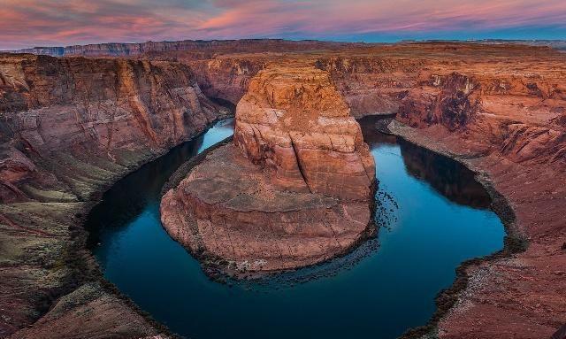 马蹄湾是科罗拉多河,靠近美国亚利桑那州,佩吉市的一个马蹄形