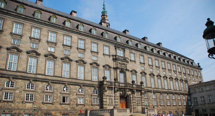 参观丹麦现在的皇宫,看面无表情的卫兵交接换岗