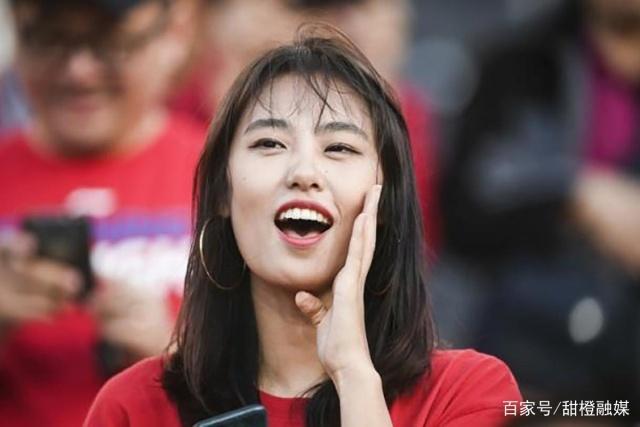 足球韩国女球迷身裹国旗浴巾成功抢镜,却被中国素颜女孩比下去