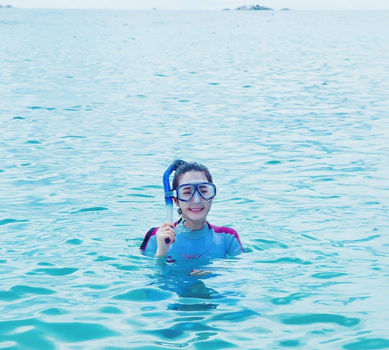 迪丽热巴巴塞舌尔浮潜照,海边大劈叉大长腿实力抢镜,十分可爱