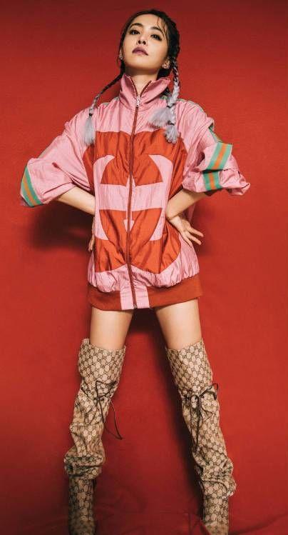 跃动小火苗蔡依林,身着粉色Gucci双标运动夹克,搭配大肠靴!