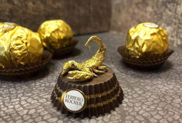 这么多年的巧克力白吃了!艺术家将费列罗的包装纸捏成雕塑