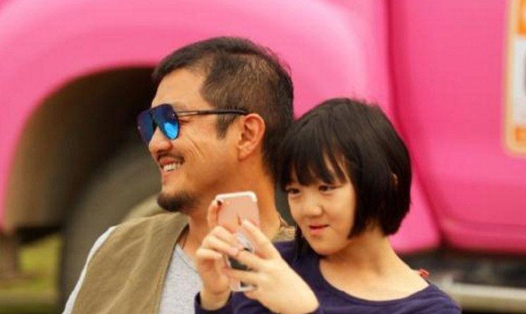 李亚鹏晒与女儿合照,网友:父女俩尽享休闲时光,李嫣也长好看了