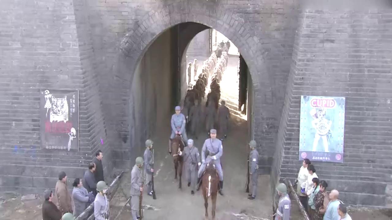 八路军进城,老百姓以为是中央军,一听不是吓得抱着孩子跑