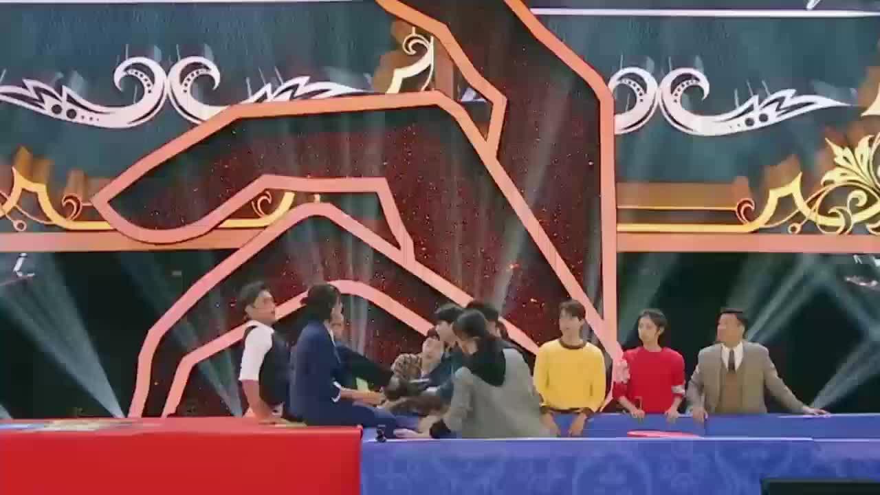 《王牌对王牌》刘宪华游戏中不小心劈叉现场大叫笑翻众人