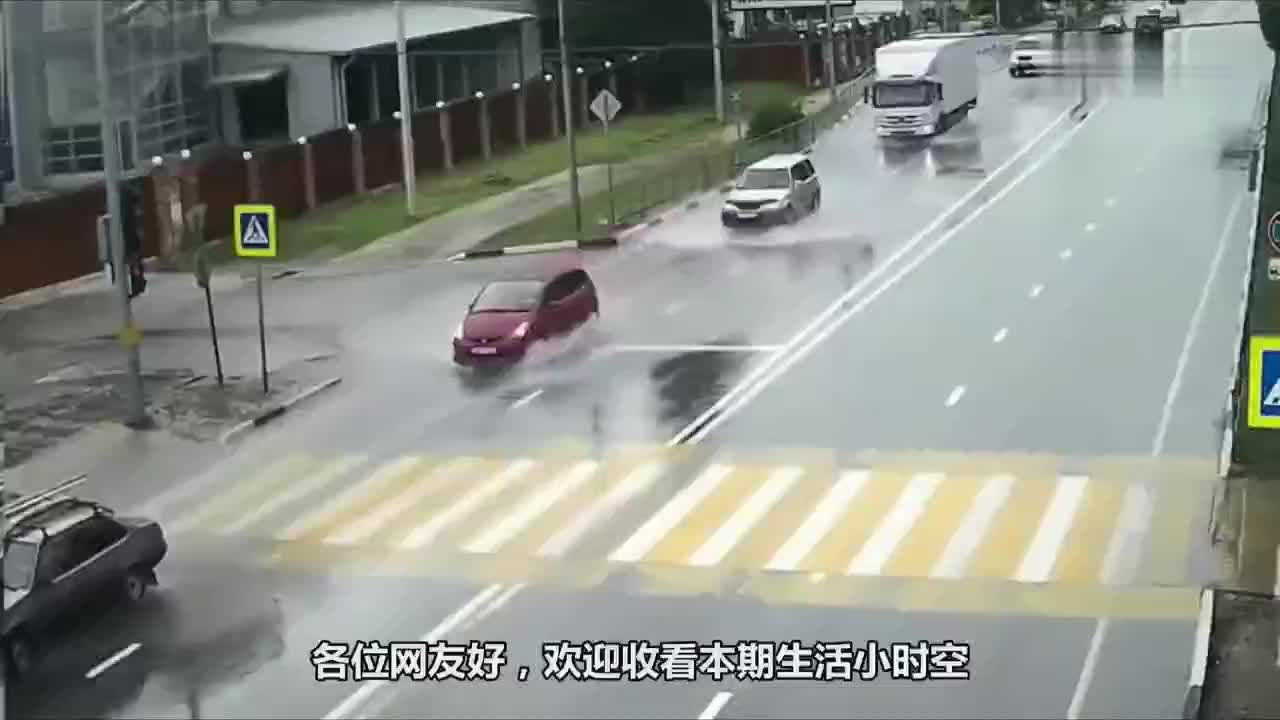 开车可大意不得轿车闯入反向车道撞飞镜头记录下危险瞬间