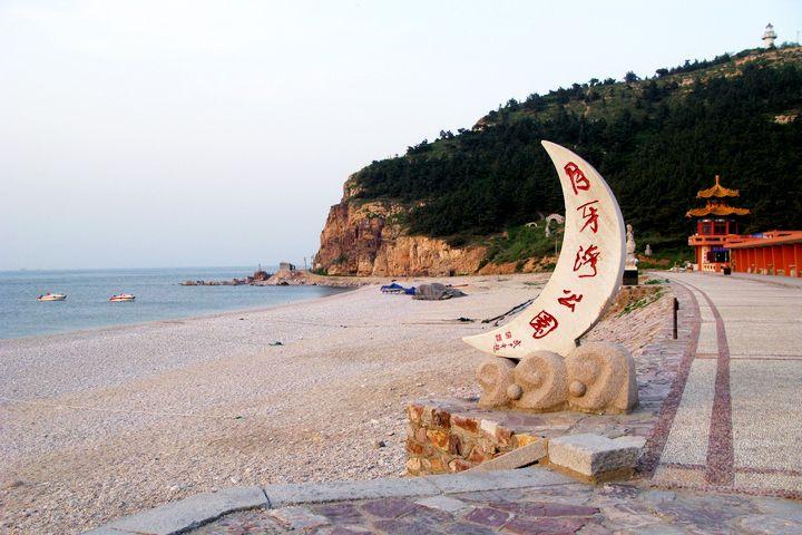这个海滩铺满了五彩鹅卵石,名字也唯美叫月亮湾