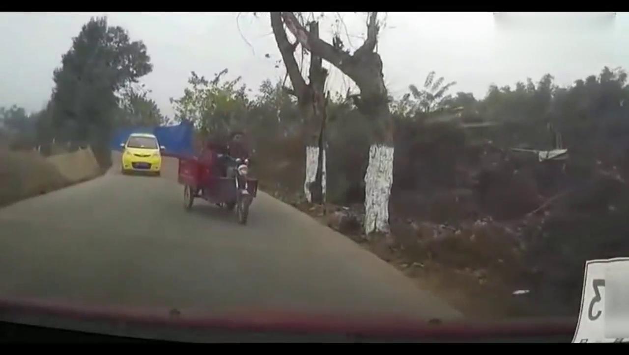视频:开现代朗动上牌路上偶遇霸道电三轮,彻底崩溃了!
