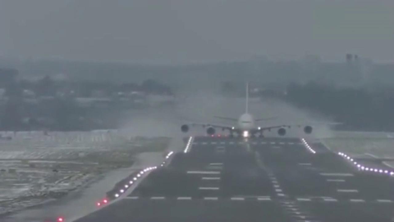 视频:逆风起飞,空客A380油门已经加尽, 飞机滑跑了好久才拉起来