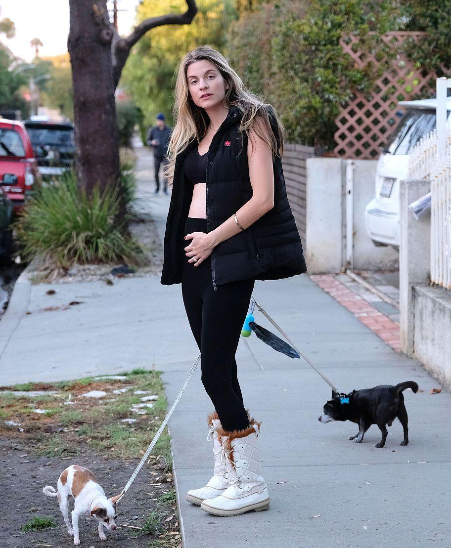 瑞秋·麦考德街拍:运动套装叠穿马甲Sorel雪地靴 尽显健美曲线