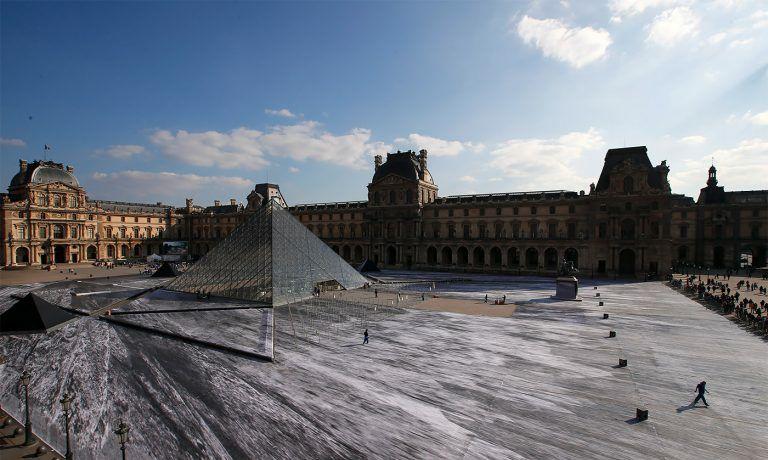 法国艺术家JR为了庆祝卢浮宫博物馆成立30周年创作的视错觉
