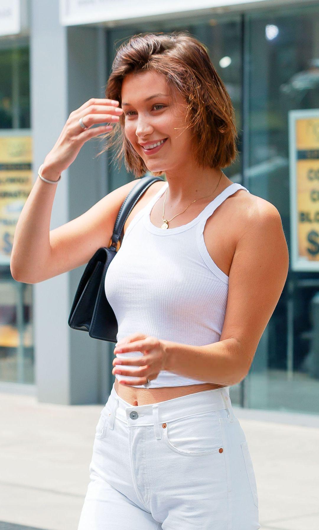 贝拉无愧世界最好超模之一,穿白色牛仔裤既高挑又不失风韵