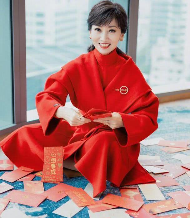 """赵雅芝新春""""撒红包"""",穿大红衣服配红唇,浴袍款外套时髦又暖和"""