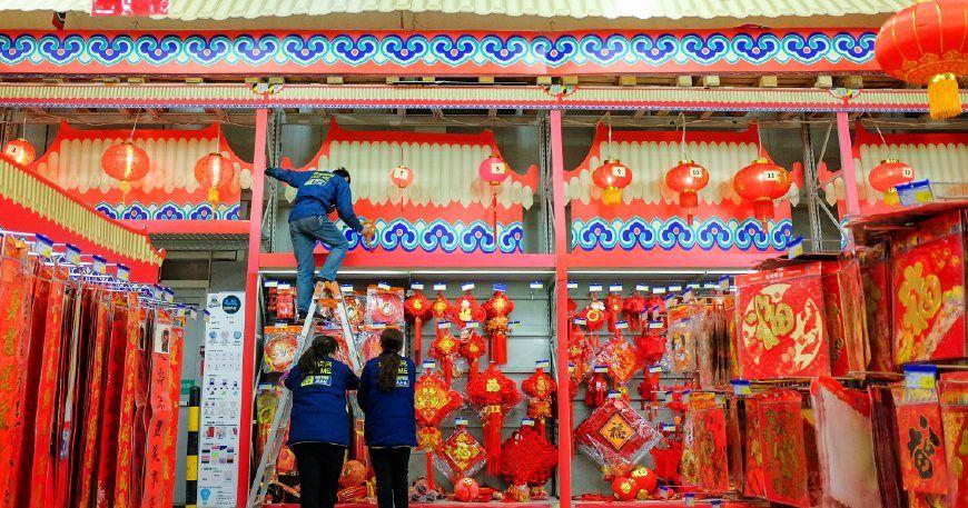 春节习俗:节前市民们忙着选购春联、门神、红包袋和生肖狗