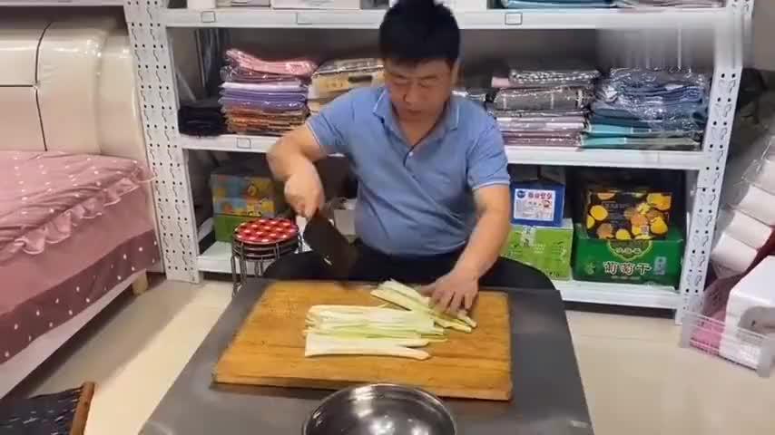 刘哥要自己做临清特色吃制作过程有点难只好认输求君姐快帮忙