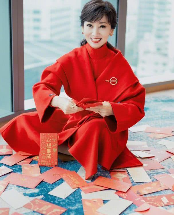 赵雅芝穿一身红送祝福,毛衣配外套搭配经典,妆容精致颜值高