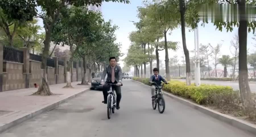 爸爸破产骑车送儿子上学,惹女同学羡慕,儿子你得先让你爸破产