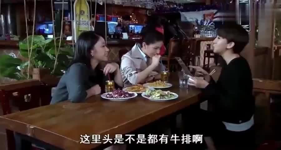 富婆离婚成保洁员,谁料闺蜜请她吃牛排,看见她吃相瞬间心酸了