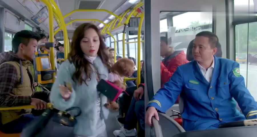 富家女坐公交上来就刷信用卡,司机都懵了,你怎么不拿购物卡