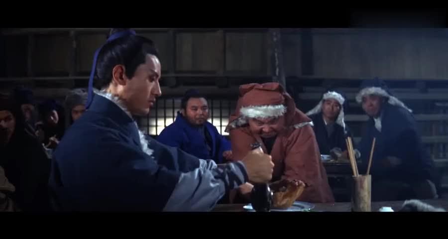 白玉龙的武功果然了得,徒手便能把三大高手打的无法还手厉害了