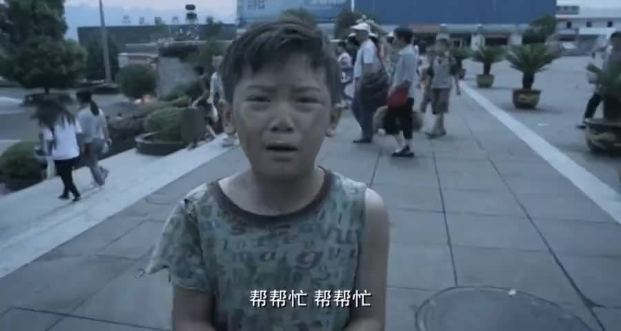 老兵看见战友儿子街上乞讨,不料是被人控制怒了直接踹飞人贩子