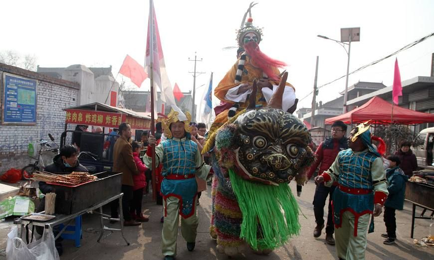 300年历史高跷走兽春节亮相,看到的人都争着合影求吉祥