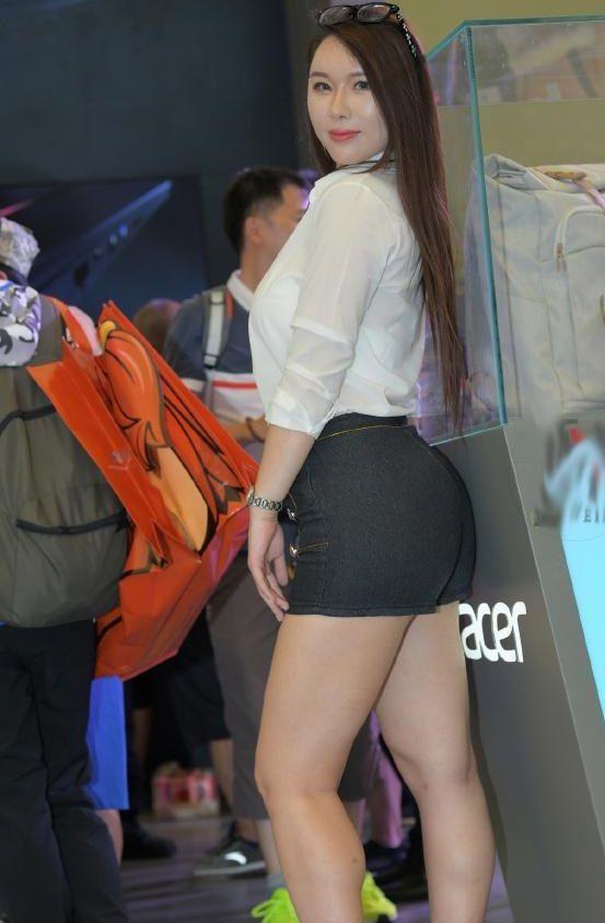丰腴的辣妈,白色衬衫搭配黑热裤凸显傲人身材,释放成熟的女人味