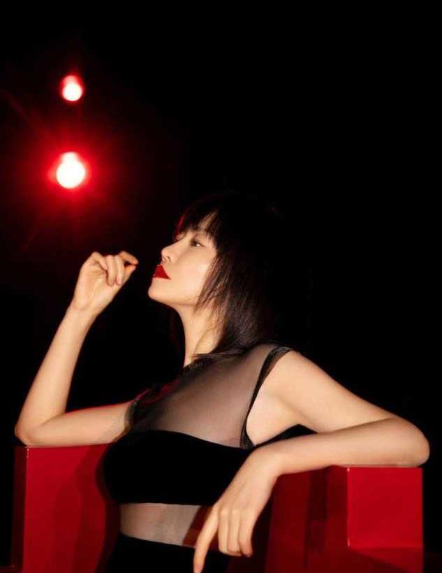 谭卓身材真好!身穿黑色拼接薄纱连衣裙性感霸气,藏不住的凹凸感