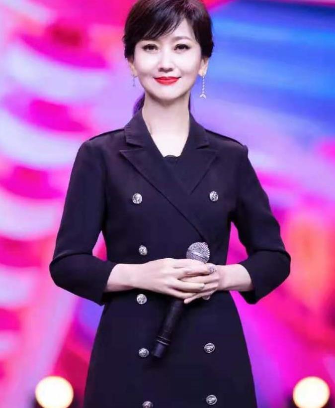 赵雅芝65岁依旧貌美如花,穿蕾丝西装身姿婀娜,背部笔直体态好