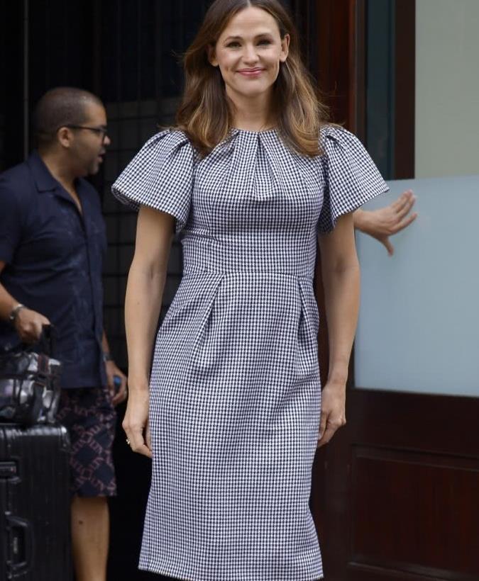 詹妮弗·加纳纽约街拍,身穿黑白相间的短袖连衣裙,减龄显时髦