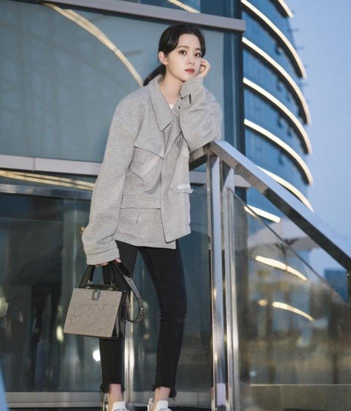 欧阳娜娜与贝拉撞衫,穿同款休闲套装,小花超模的区别!
