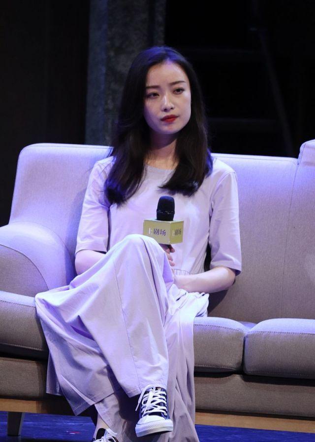 今日份的紫色妮!倪妮穿紫色长裙衬迷人气质,长直发温婉十足