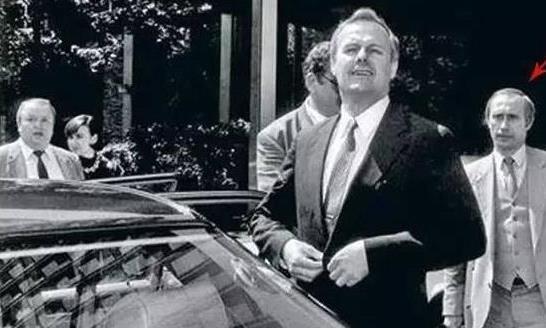 给领导领包的普京,被捕的比尔·盖茨。这些名人老照片你认得出吗