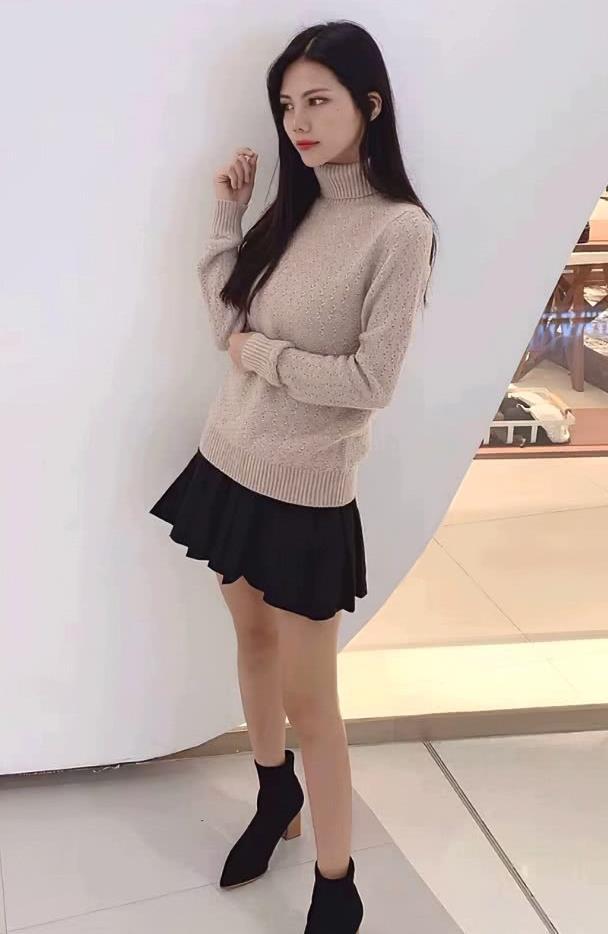 街拍:美女高领毛衣搭配短裙,时髦又显高,时尚圈入圈必备技巧