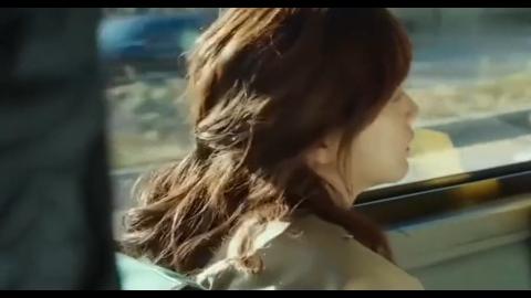 男子看到美女入了迷,竟跟美女下了车,把女友忘公交车上了