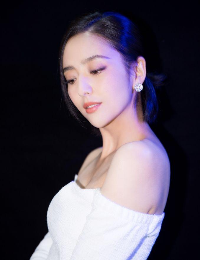 丫丫佟丽娅:气质优雅 简约大方