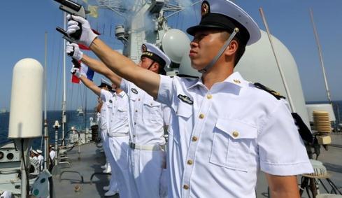 海军水兵服的裤子,为什么要设计成女裤样式?原来关键时刻能救命