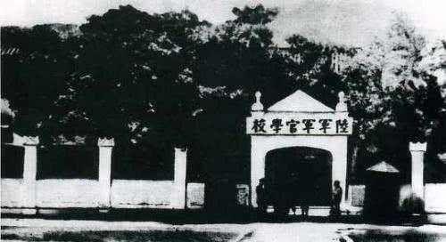 罕见民国老照片:图1早期的黄埔军校,图4是使用缝纫机的满族妇女