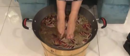 """重庆美女学霸推出""""老火锅泡脚""""!受到广大消费者好评"""