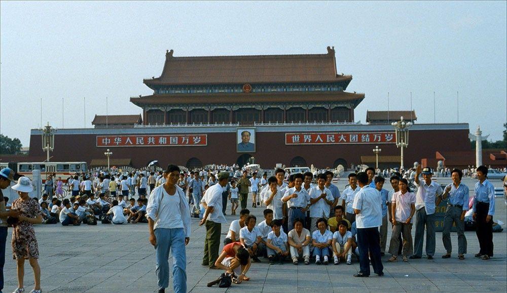 1985年的北京老照片:天安门前大合照;故宫里与轿车合影